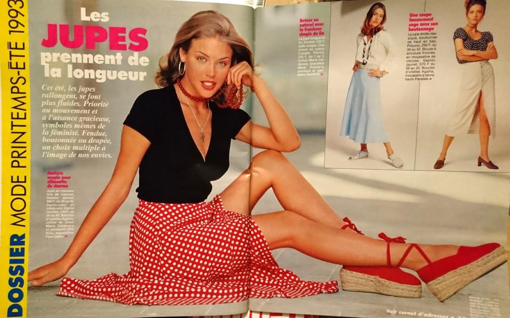 Une femme en jupe dans le magazine Femme Actuelle