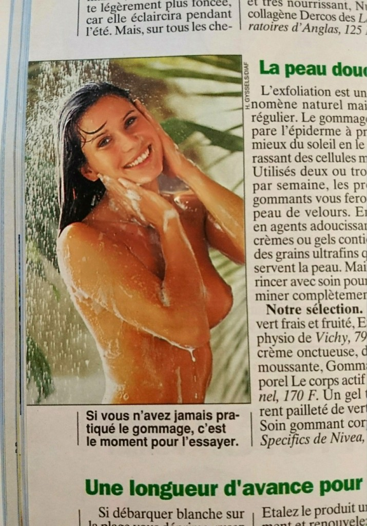 Une femme sous une douche sauvage dans le magazine Femme Actuelle