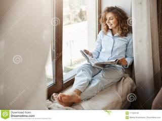 有迷人的女实业家松弛时间在家-睡衣的喜悦的悦目妇女坐窗口-111820136